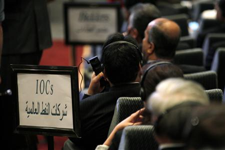 Representatives of the world's energy firms listen as they attend the fourth licensing round for exploration blocks at the Oil Ministry's headquarters in Baghdad May 30, 2012. REUTERS/Thaier al-Sudani