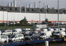 <p>L'usine automobile Sevelnord à Hordain (Nord). PSA va engager vendredi des négociations pour rendre cette usine plus flexible et augmenter ainsi ses chances d'être choisie pour assembler un nouveau modèle, crucial pour l'avenir du site, selon une source syndicale. Le constructeur a refusé de commenter les négociations en cours, rappelant simplement que le groupe étudiait plusieurs options depuis que Fiat, son partenaire dans l'usine, a décidé de ne pas renouveler sa coopération au-delà de 2017. /Photo d'archives/REUTERS/Pascal Rossignol</p>