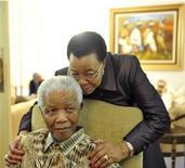 Ex-presidente sulafricano Nelson Mandela descansa com a esposa Graça Machel após votar nas eleições de maio de 2011, em sua casa em Houghton. Foto de arquivo 16/05/2012 REUTERS/Elmond Jiyane/GCIS - Government Communication and Information System