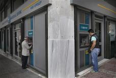<p>Enseigne de la National Bank à Athènes. Le secteur bancaire grec a fait état mercredi d'une hausse importante des provisions pour créances douteuses au premier trimestre sur fond de détérioration de la conjoncture économique du pays. National Bank, la première banque grecque, a notamment indiqué que ses provisions pour créances douteuses avaient progressé de 47% sur un an à 559 millions d'euros. /Photo prise le 29 mai 2012/REUTERS/John Kolesidis</p>