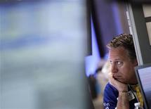 Трейдер на Нью-Йоркской фондовой бирже, 2 мая 2012 года. Американские фондовые рынки снизились в среду на фоне скачка доходности испанских и итальянских гособлигаций, усилившего напряжение на финансовых рынках из-за сомнений относительно способности Европы разрешить долговой кризис и столкнувшего доходность американских Treasuries до минимума 60 лет. EUTERS/Brendan McDermid