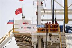 Рабочие Лукойла наблюдают за началом буровых работ на месторождении Западная Курна в Ираке, 25 апреля 2012 года. Консорциум во главе с Лукойлом выиграл конкурс на освоение нефтяного блока 10 в Ираке, сообщило министерство нефти этой страны. REUTERS/Atef Hassan
