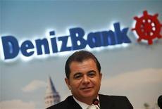 Управляющий директор Denizbank Хакан Атес на пресс-конференции в Стамбуле 11 октября 2011 года. Продажа турецкого Denizbank может быть завершена на второй неделе июня, сказал управляющий директор Denizbank Хакан Атес. REUTERS/Murad Sezer