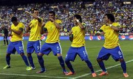 Neymar comemora gol de penalti com Hulk, Leandro Damião, Sandro e Marcelo (E para D), durante amistoso contra os EUA, em Maryland. 30/05/2012 REUTERS/Jonathan Ernst