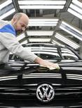 <p>Volkswagen a conclu un accord avec le syndicat IG Metall prévoyant une augmentation de 4,3% sur 13 mois pour ses salariés en Allemagne. /Photo d'archives/REUTERS/Christian Charisius</p>