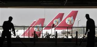 <p>Kingfisher Airlines affiche une perte de 11, 5 milliards de roupies entre janvier et mars, la plus importante de son histoire. La compagnie a été la première victime des turbulences dans l'industrie de l'aviation en Inde. /Photo prise le 12 avril 2012/REUTERS/Parivartan Sharma</p>