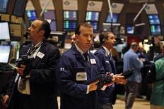 Трейдеры на торгах Нью-Йоркской фондовой биржи 29 мая 2012 года. Американские рынки акций открылись снижением. REUTERS/Brendan McDermid