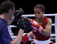 A peso-leve britânica Natasha Jones, de Liverpool, treina em frente à mídia em Londres, 23 de novembro de 2011. REUTERS/Andrew Winning