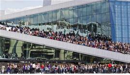 Fãs se reúnem à espera do cantor Justin Bieber para realizar um show gratuito ao ar livre Oslo Opera House, em Oslo, na Noruega, na quarta-feira. 30/05/2012 REUTERS/Vegard Groett/NTB Scanpix