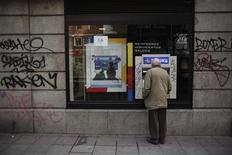 <p>Les transferts d'argent à l'étranger des Espagnols ont atteint un niveau record, selon des chiffres publiés jeudi, sur fond de crise bancaire et de dégradation de la note de huit régions autonomes. /Photo d'archives/REUTERS/Susana Vera</p>