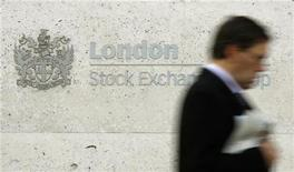 Человек проходит мимо вывески Лондонской фондовой биржи 27 октября 2008 года. Фондовый рынок Европы опустился до пятимесячного минимума после выхода данных о снижении производственной активности в еврозоне и Германии - крупнейшей экономике Европы - в мае. REUTERS/Alessia Pierdomenico