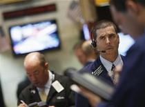Трейдеры на Нью-Йоркской фондовой бирже, 31 мая 2012 года. Американские рынки акций открылись снижением из-за слабых показателей занятости в мае. REUTERS/Brendan McDermid