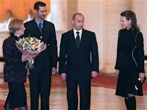 Президент России Владимир Путин и его жена Людмила приветствуют в Кремле сирийского лидера Башара Асада и его жену Асму 25 января 2005 года. США рассматривают позицию России в отношении конфликта в Сирии как поддержку режима Асада, сказала госсекретарь Хиллари Клинтон в пятницу после ремарок Путина в ходе европейского турне. REUTERS/Sergei Chirikov/Pool