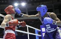 Everton Lopes acerta o rosto do ucraniano Denys Berinchyk na final do Campeonato Mundial de Boxe na categoria até 64kg, em Baku. 08/10/2011 REUTERS/David Mdzinarishvili