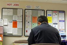 <p>Le marché américain du travail a créé nettement moins d'emplois que prévu au mois de mai et le taux de chômage est reparti à la hausse, signe que la reprise reste fragile pour la première économie mondiale. /Photo d'archives/REUTERS/Brian Snyder</p>