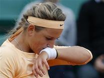 A bielorrussa Victoria Azarenka esfrega sua cara durante uma partida contra a eslovaca Dominika Cibulkova durante o Aberto da França no estádio de Roland Garros em Paris, 3 de junho de 2012. REUTERS/Gonzalo Fuentes