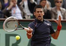 O sérvio Novak Djokovic devolve a bola ao italiano Andreas Seppi durante o Aberto da França no estádio de Roland Garros em Paris, 3 de junho de 2012. REUTERS/Benoit Tessier