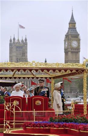 6月3日、英国のエリザベス女王(左)の即位60周年を祝う水上パレードが、ロンドンのテムズ川で行われ、約1000隻の船が参加した。代表撮影(2012年 ロイター)