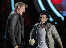 "Actors Alexander Ludwig (L) and Josh Hutcherson accept the award for best fight for their role in ""The Hunger Games"" at the 2012 MTV Movie Awards in Los Angeles June 3, 2012. REUTERS/Mario Anzuoni"