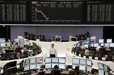 Трейдеры работают в торговом зале биржи во Франкфурте-на-Майне, 1 июня 2012 года. Европейские рынки акций открылись снижением из-за слабой экономической статистики, опубликованной в пятницу. REUTERS/Remote/Marte Kiessling