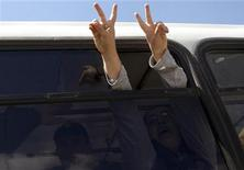 Задержанные во время митинга в Баку оппозиционные активисты в автозаке 30 апреля 2010 года. Верховный суд Азербайджана в понедельник удовлетворил кассационную жалобу об условно-досрочном освобождении оппозиционного властям активиста Бахтияра Гаджиева, более года находившегося в тюрьме за уклонение от службы в армии, сообщил Рейтер представитель суда. REUTERS/Orhan Aip