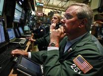 Трейдеры на торгах Нью-Йоркской фондовой биржи 1 июня 2012 года. Американские рынки акций открылись ростом. REUTERS/Brendan McDermid