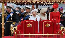 Membros da família real a bordo do Spirit of Chartwell durante desfile do Jubileu de Diamante no Rio Tâmisa, em Londres. 03/06/2012 REUTERS/John Stillwell/POOL