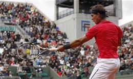 O espanhol Rafael Nadal devolve a bola ao argentino Juan Mónaco durante o Aberto de Tênis no estádio de Roland Garros em Paris, 4 de junho de 2012. REUTERS/Benoit Tessier