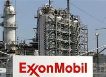 Логотип Exxon Mobil у НПЗ компании в Бейтауне, Техас 15 сентября 2008 года. Крупнейшая публичная нефтегазовая компания мира Exxon Mobil Corp думает об экспорте сжиженного природного газа (СПГ) из США, сообщил во вторник генеральный директор Рекс Тиллерсон. REUTERS/Jessica Rinaldi