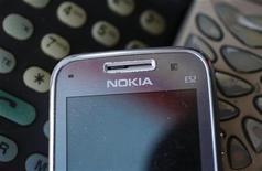 Телефон Nokia, сфотографированный в Варшаве, 8 мая 2012 года. Финская Nokia представила в среду первые три модели недорогих телефонов с большими сенсорными дисплеями. REUTERS/Kacper Pempel
