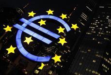 Символ валюты евро у здания ЕЦБ во Франкфурте-на-Майне 29 февраля 2012 года. Сильный экспорт спас еврозону от рецессии в первом квартале 2012 года, компенсировав сокращение инвестиций и складских запасов, свидетельствуют данные Eurostat, подтвердившие, что ВВП еврозоны в первом квартале не изменился в квартальном исчислении. REUTERS/Alex Domanski
