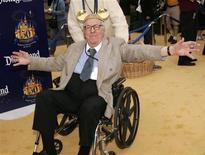 """Американский писатель-фантаст Рей Брэдбери на 50-летнем юбилее Диснейленда в Анахайме 4 мая 2005 года. Всемирно известный американский писатель-фантаст Рей Брэдбери, автор """"Марсианских хроник"""", скончался на 92-м году жизни, сообщил представитель издательства HarperCollins. REUTERS/Fred Prouser"""