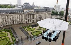 """Guests enjoy a """"Dinner in the Sky"""" on a platform hanging in front of the Royal Palace in Brussels June 4, 2012. """"Dinner in the Sky"""" can accommodate 22 guests, seated at a table suspended from a crane at a height of 50 metres. REUTERS/Sebastien Pirlet"""