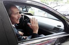 Ministro do Esporte, Aldo Rebelo, acena após entrevista no Rio de Janeiro nesta sexta-feira. REUTERS/Sergio Moraes (BRAZIL - Tags: SPORT SOCCER POLITICS)
