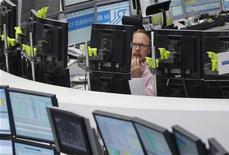 Трейдер работает в торговом зале биржи во Франкфурте-на-Майне, 4 июня 2012 года. Европейские рынки акций открылись ростом в продолжение ралли среды, поскольку инвесторы продолжают надеяться на новые меры стимулирования экономики в Европе и США. REUTERS/Alex Domanski