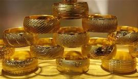 Золотые браслеты на выставке ювелирных украшений в Стамбуле, 22 марта 2012 года. Цены на золото держатся в районе $1.620 за унцию в ожидании выступления в Конгрессе США главы ФРС Бена Бернанке, от которого ждут намеков на дальнейшее направление политики центробанка. REUTERS/Murad Sezer