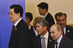 Председатель КНР Ху Цзиньтао, президенты Киргизии Алмазбек Атамбаев, России Владимир Путин и Таджикистана Эмомали Рахмон на саммите ШОС в Пекине 7 июня 2012. Китай предложит членам Шанхайской организации сотрудничества, включающей Россию и страны Центральной Азии, кредиты на общую сумму $10 миллиардов, сообщил в четверг председатель КНР. REUTERS/Mark Ralston/Pool