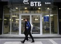 Люди проходят мимо отделения банка ВТБ в Санкт-Петербурге 16 сентября 2008 года. ВТБ Капитал собрал более 13 процентов акций группы ПИК и в четверг может провести в совет директоров двух своих представителей, сказали Рейтер два источника. REUTERS/Alexander Demianchuk