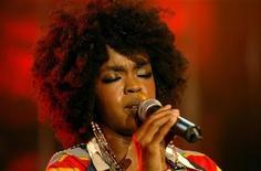 """Cantora Lauryn Hill canta durante """"Noite de Estrelas"""" no 39o Montreux Jazz Festival, na Suíça, em julho de 2005. A cantora Lauryn Hill foi acusada formalmente por não declarar o imposto de renda por três anos, durante os quais ela ganhou mais de 1,8 milhão de dólares. Foto de arquivo 06/07/2005"""