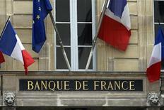 Флаги Франции и Евросоюза над входом в здание Банка Франции в Париже, 9 мая 2012 года. Французская экономика сократится на 0,1 процента во втором квартале по сравнению с первыми тремя месяцами 2012 года, сообщил в пятницу Банк Франции, снизив прогноз с нулевого роста, ожидавшегося ранее. REUTERS/Charles Platiau