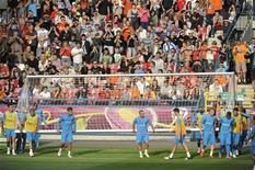 Jogadores da seleção da Holanda vão a treino preparatório para a Eurocopa 2012 no estádio de Wisla, em Cracóvia. Jogadores da seleção holandesa escutaram nesta semana gritos imitando macacos, vindos do público que assistia a um treino preparatório 06/06/2012 REUTERS/Pawel Ulatowski