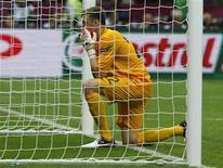 O goleiro substituto da Polônia, Przemyslaw Tyton, reza na boca do gol antes de tomar posição para enfrentar o chute de pênalti do grego Giorgos Karagounis, 8 de junho de 2012. REUTERS/Pascal Lauener