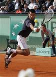 O sérvio Novak Djokovic devolve a bola ao suíço Roger Federer durante a semi-final do Aberto de Tênis em Roland Garros em Paris, 8 de junho de 2012. REUTERS/Gonzalo Fuentes