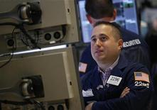 Трейдер на торгах Нью-Йоркской фондовой биржи 8 июня 2012 года. Индекс S&P 500 завершил рабочую неделю рекордным для 2012 года ростом благодаря возрождению оптимизма инвесторов после новости Рейтер об обращении Испании к ЕС за помощью для национального банковского сектора. REUTERS/Brendan McDermid