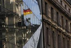 <p>Le gouvernement allemand n'a pas véritablement l'intention de mettre en oeuvre un projet de taxe sur les transactions financières comme il s'y est pourtant engagé auprès de l'opposition pour obtenir son soutien lors de la ratification du pacte budgétaire européen, selon Der Spiegel. Les Sociaux-démocrates (SPD) et les Verts pourraient donc décider de revenir sur leur décision d'apporter leurs voix lors du vote au parlement où le camp Merkel ne dispose pas de la majorité des deux-tiers nécessaire à la ratification de ce pacte. /Photo prise le 22 février 2012/REUTERS/Tobias Schwarz</p>