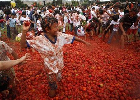 6月10日、南米コロンビアのトマトの生産地であるスタマルチャンで、恒例の「トマト祭り」が開催された(2012年 ロイター/John Vizcaino)