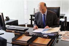 <p>Le ministre de l'Economie, Pierre Moscovici. Bercy dément envisager de différer d'un an la réduction du déficit public à 3% du PIB, aujourd'hui prévue pour fin 2013, un projet évoqué par la radio et télévision BFM Business qui ne précise par ses sources. /Photo prise le 17 mai 2012/REUTERS/Charles Platiau</p>