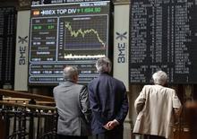 <p>En Bourse de Madrid, lundi matin. Les intervenants sur les marchés s'attendent à une embellie mais de courte durée après l'accord trouvé pour le secteur bancaire espagnol. Des craintes subsistent cependant, l'argent déstiné aux banques devant transiter par l'Etat espagnol, l'une des conséquences en serait une augmentation de la dette nationale, selon certains économistes. /Photo prise le 11 juin 2012/REUTERS/Andrea Comas</p>