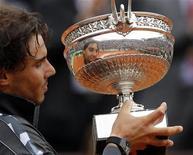 Rafael Nadal da Espanha, segura seu troféu ao posar em cerimônia após vencer Novak Djokovic, da Sérvia, na final masculina do torneio de Roland Garros, em Paris. 11/06/2012 REUTERS/Benoit Tessier