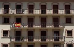 <p>Le renflouement des banques espagnoles par des capitaux extérieurs obligera Madrid à se soumettre à la surveillance de ses bailleurs de fonds et du FMI, ont prévenu lundi des responsables allemands et de l'Union européenne, contredisant le président du gouvernement Mariano Rajoy. /Photo prise le 10 juin 2012/REUTERS/Marcelo del Pozo</p>